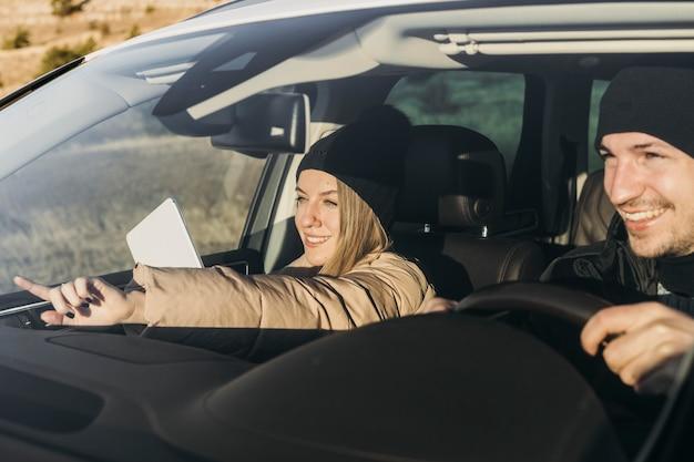 Gros plan, heureux, couple, dans voiture