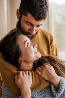 Gros plan, heureux, couple, intérieur