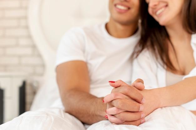 Gros plan, heureux couple, tenant mains