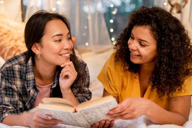 Gros plan, heureux, femmes, amis, lecture