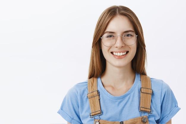 Gros plan, de, heureux, jolie femme, dans, lunettes, sourire
