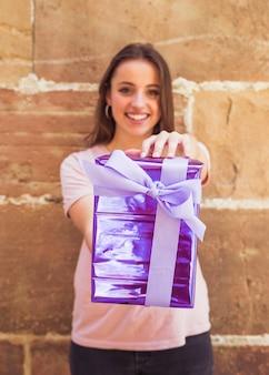 Gros plan, de, a, heureux, main femme, tenue, violet, boîte cadeau