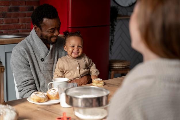 Gros plan heureux père tenant des enfants
