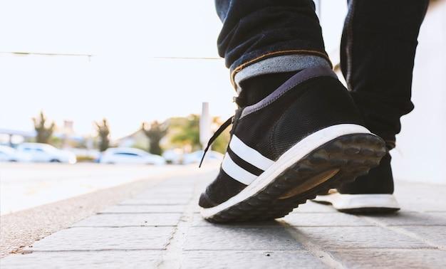 Gros plan hipster marche dans la rue