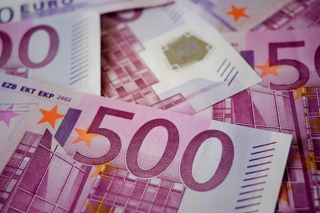 Gros plan sur l'hologramme des billets de cinq cents euros
