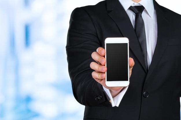 Gros plan d'un homme d'affaires à l'aide d'un téléphone mobile intelligent