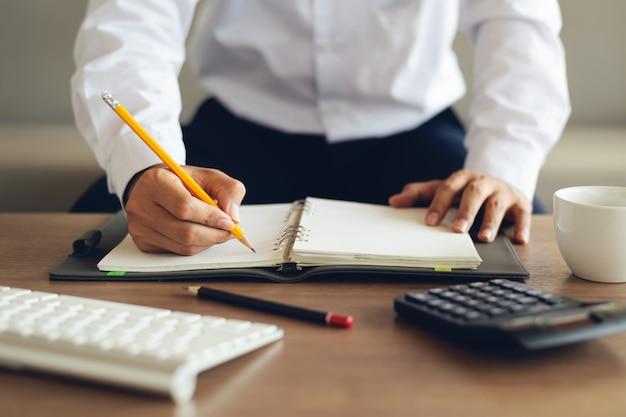 Gros plan homme d'affaires au bureau