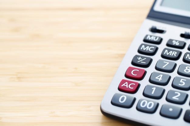 Gros plan d'homme d'affaires ou de comptable main tenant un stylo travaillant sur la calculatrice