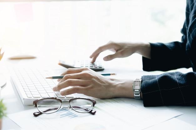 Gros plan, de, homme affaires, ou, comptable, tenue, stylo, fonctionnement