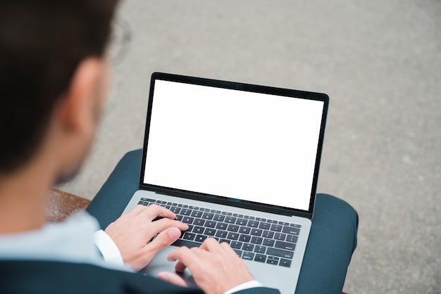 Gros plan, de, homme affaires, dactylographie, sur, ordinateur portable