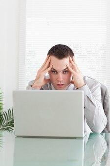 Gros plan d'un homme d'affaires déçu qui reçoit de mauvaises nouvelles par courrier électronique