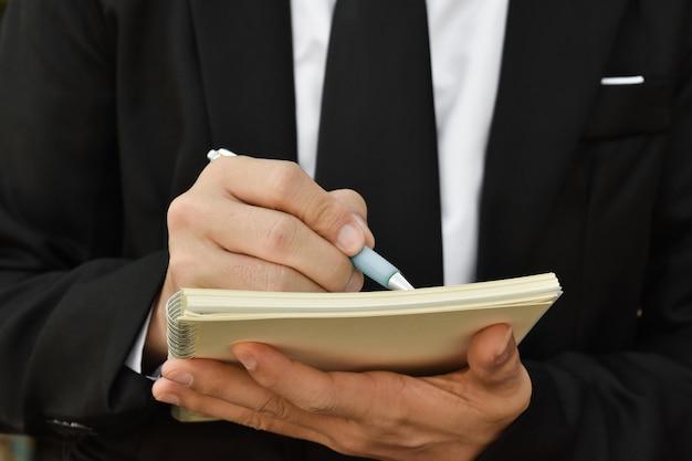 Gros plan d'homme d'affaires, écrire une note