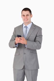 Gros plan de l'homme d'affaires a obtenu de bonnes nouvelles via un message texte