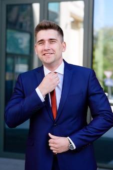 Gros plan sur l'homme d'affaires redresse sa cravate