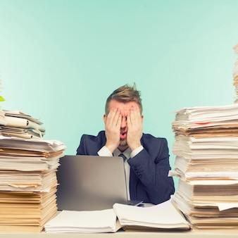 Gros plan d'un homme d'affaires stressant
