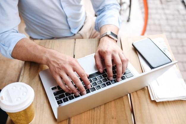 Gros plan d'un homme d'affaires tapant sur ordinateur portable