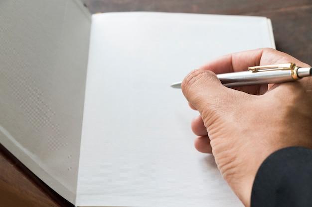 Gros plan, homme affaires, tenue, stylo