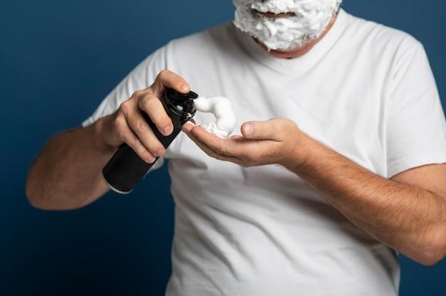 Gros plan sur l'homme à l'aide de crème à raser
