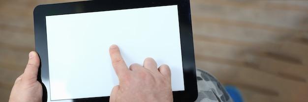 Gros plan de l'homme à l'aide de tablette numérique