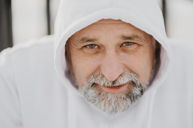 Gros plan, homme aîné, porter, à capuche