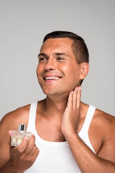 Gros plan, homme, appliquer, cologne