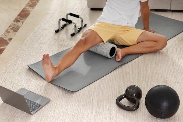 Gros plan homme assis sur un tapis