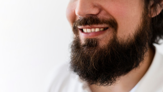 Gros plan, homme, à, barbe, sourire