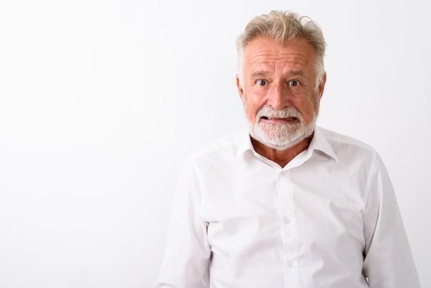 Gros plan d'un homme barbu senior à la colère sur blanc