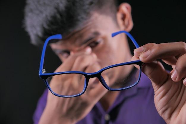 Gros plan d'un homme bouleversé souffrant de fortes douleurs oculaires