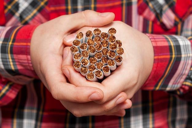 Gros plan, homme, cigarettes