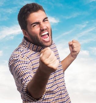 Gros plan de l'homme en colère qui commencent à se battre