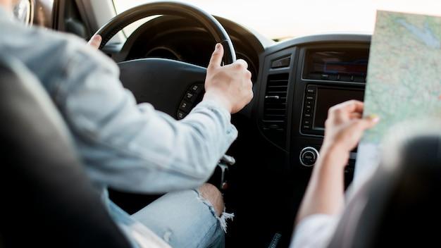 Gros plan, homme, conduite, voiture