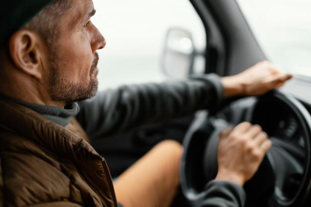 Gros plan homme dans la voiture au volant