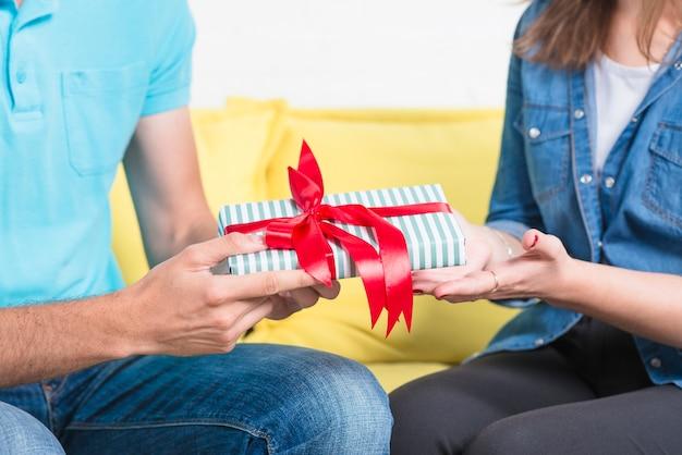Gros plan, homme, donner, cadeau saint valentin, à, elle, petite amie