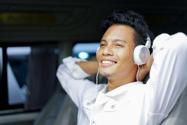 Gros plan homme écoute musique