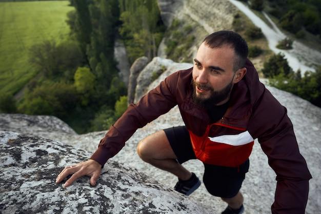 Gros plan d'un homme escaladant la montagne