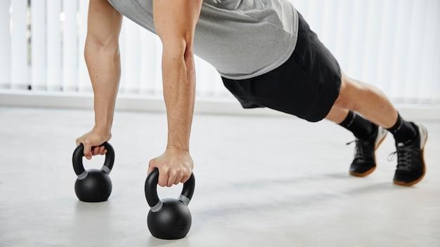 Gros plan, homme, exercice, à, haltères