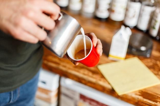 Gros plan sur l'homme faisant du café