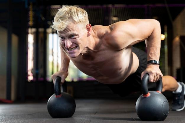 Gros plan sur l'homme faisant de l'entraînement crossfit