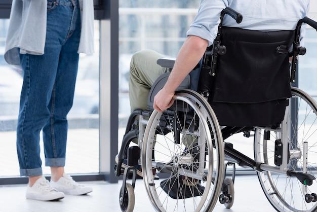Gros plan homme en fauteuil roulant