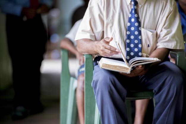 Gros plan d'un homme feuilletant les pages du livre avec un flou