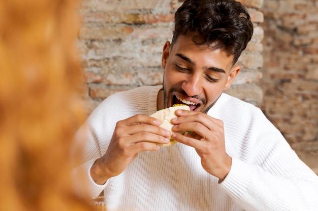 Gros plan homme heureux, manger de la nourriture