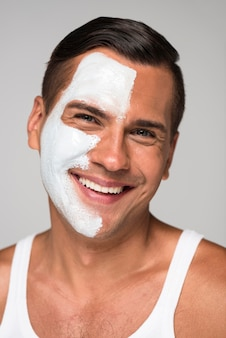 Gros plan homme heureux avec masque facial
