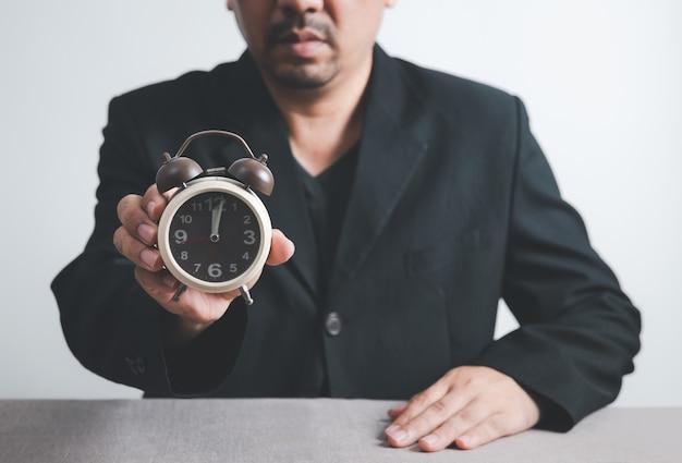Gros plan homme avec horloge