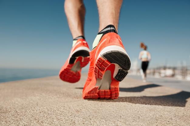 Gros plan de l'homme jogger près de la mer