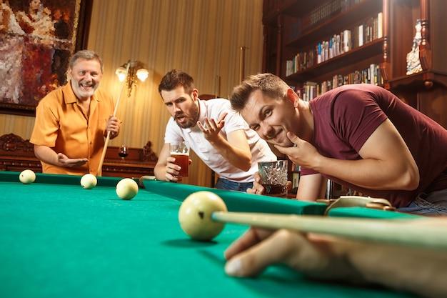 Gros plan d'un homme jouant au billard