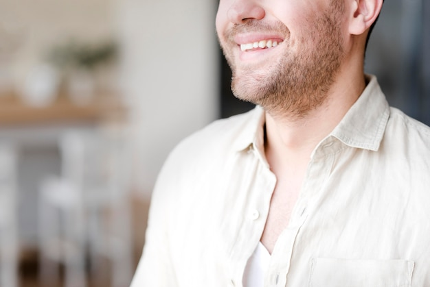 Gros plan, homme, large, sourire