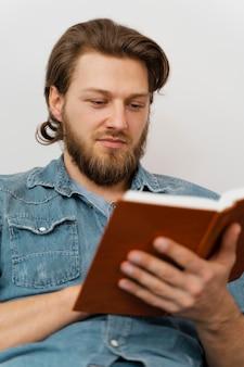 Gros plan, homme, livre lecture