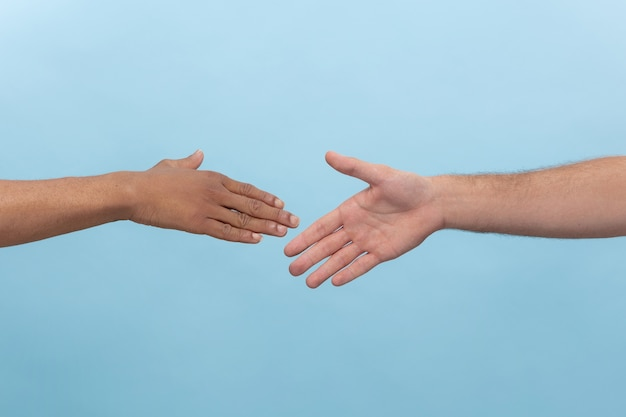 Gros plan de l'homme main dans la main isolé. concept de relations humaines, d'amitié, de partenariat, d'entreprise ou de famille.