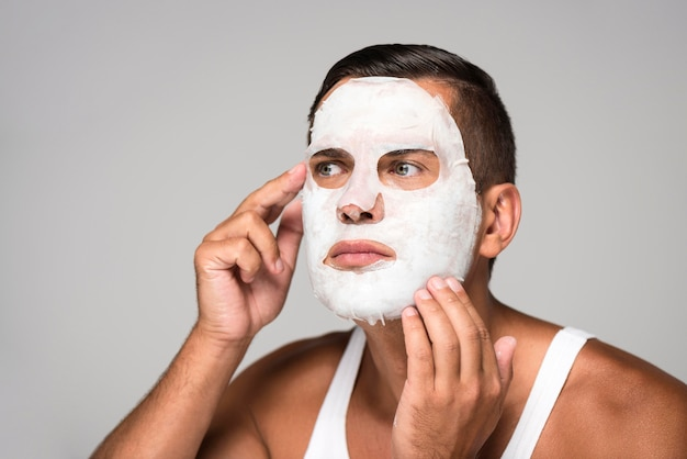 Gros plan, homme, mettre, masque visage